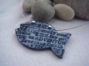 Náhrdelník rybička s nápisy (šedo-černý)
