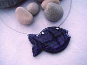 Náhrdelník rybička s nápisy (fialovo-černý)