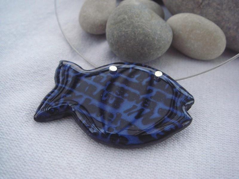 Náhrdelník rybička s nápisy (modro-černý)
